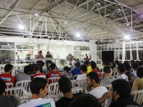 Presidente do DA João Paulo Ferreira e Daniel Caldas compõem a mesa no Centro de ComVivência da UNIFEI