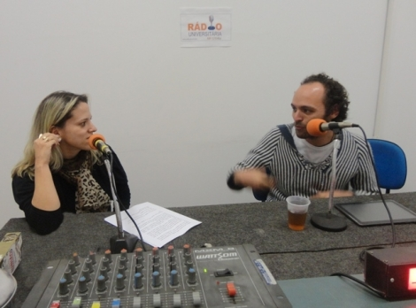 A apresentadora Giuliana Capistrano com o artista César Abreu Braga
