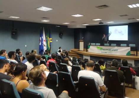 """Prof. Dr. Marcelo Barison durante a palestra """"Estudo hidroquímico das águas subterrâneas do aquífero Bauru no estado de SP""""."""